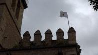 La bandera de Sant Joan torna a lluir damunt la torre de defensa del campanar, al que ens indica que comença la setmana de festes patronals.