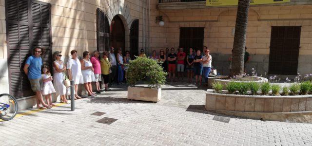 Un reduït grup de persones s'ha concentrat, avui a les 11 hores, davant l'Ajuntament en senyal de rebuig al darrer acte de violència de gènere, que va tenir lloc dijous […]