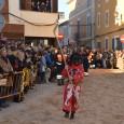 Després de les Beneïdes, Sant Antoni i el dimoni fan el darrer ball de les festes santantonieres, moment que recullen aquestes imatges.
