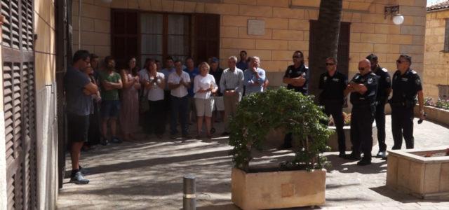 Ahir mati, es varen celebrar un minut de silenci davant l'Ajuntament per condemnar els atemptats terroristes de Barcelona.
