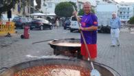 Dinsels actesde les festes de la patronadels mariners, la Verge del Carme, a Cala Bona es va celebrar el tradicionalfideuadins elrecinteportuari i que va aglutinar amésde 400comensals.