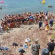 Ahir, al voltant de les 12.00 hores unes 150 persones es varen manifestar contra la possibilitat de realitzar obres d'ampliació del moll de la Costa dels Pins. Projecte que des […]